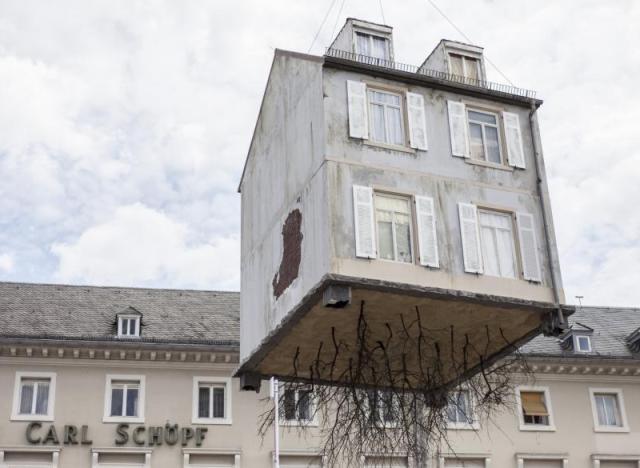 Photos une maison racines suspendue au dessus de for Art maison la thuile