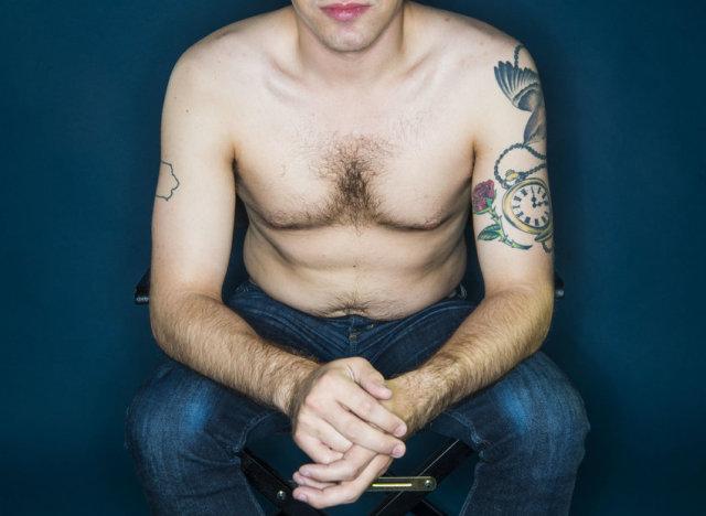 Adolescents maigres posent nu et