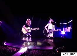 Taylor Swift And Lisa Kudrow Just Sang 'Smelly Cat' And Now The World Is Complete
