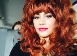 Sofía Vergara se transforma en una sexy pelirroja