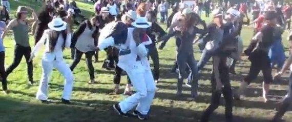 Michael Jackson Aniversário Mob Flash: A cidade comemora em San Francisco  R-MICHAEL-JACKSON-FLASH-MOB-large570