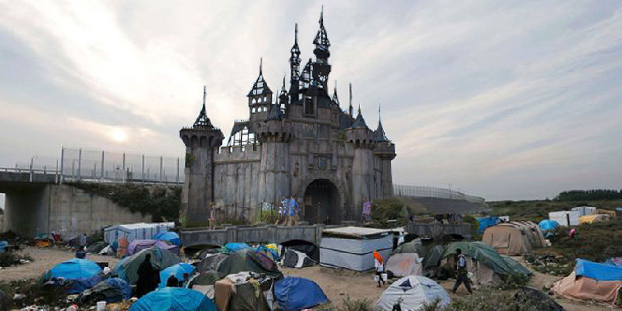 banksy envoie son dismaland dans la jungle de calais pour aider les r fugi s. Black Bedroom Furniture Sets. Home Design Ideas