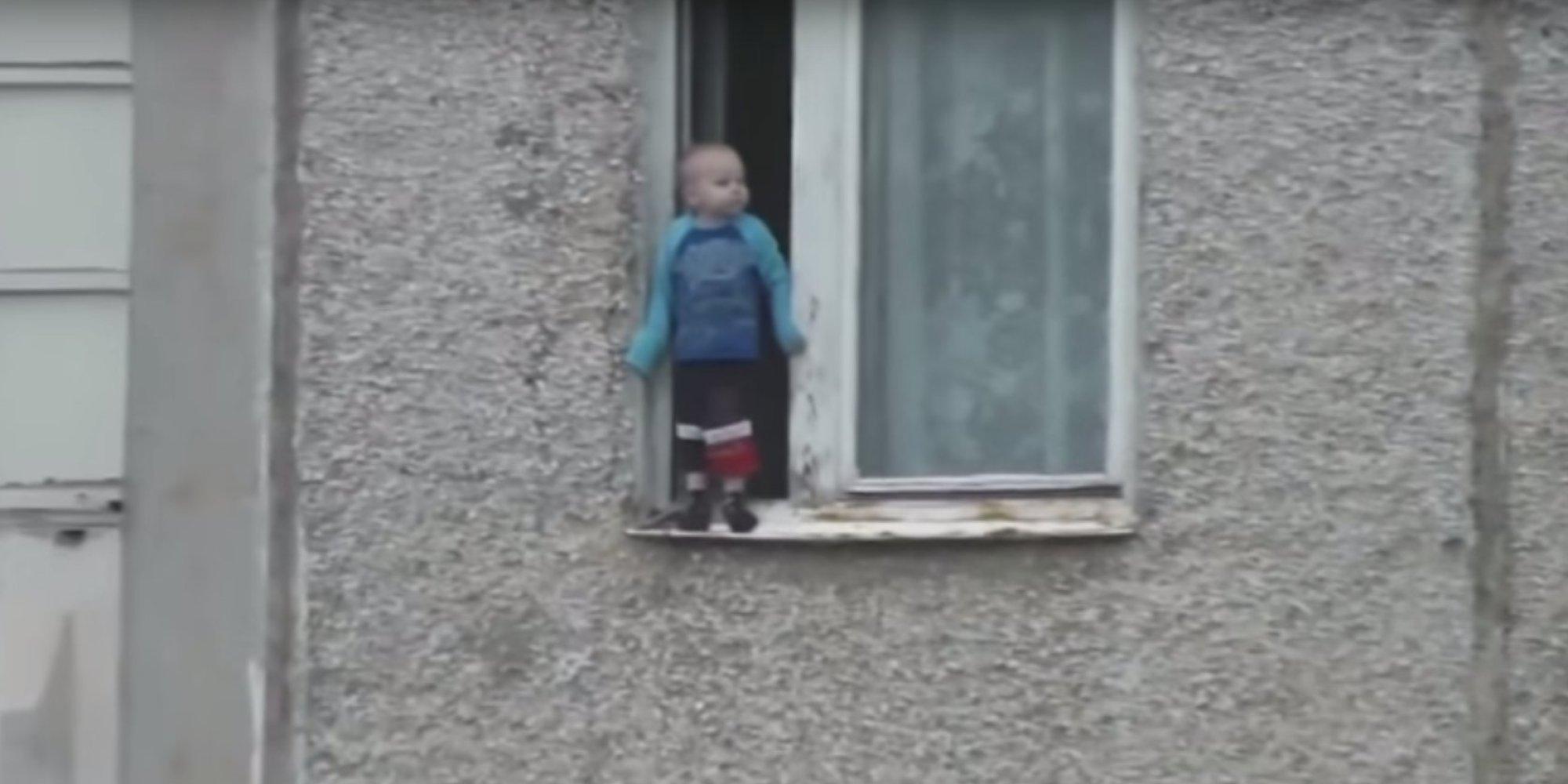 В россии ребенок гулял по карнизу окна восьмого этажа (видео.