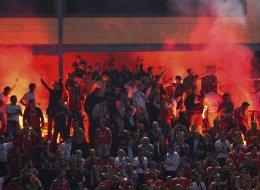 La UEFA expedienta a Atlético y Benfica por el lanzamiento de bengalas