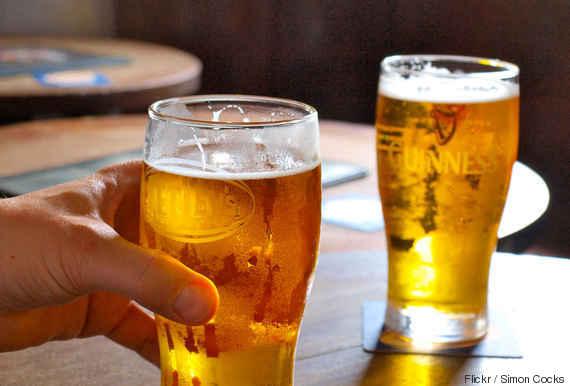 pegar a bebida com a mão esquerda