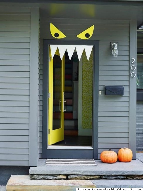 9 easy diy halloween door decorations for this month - Decoration de porte halloween ...