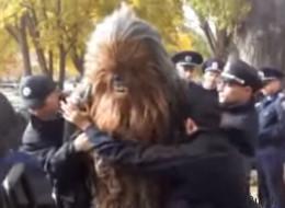 Chewbacca fue arrestado por apoyar a Darth Vader