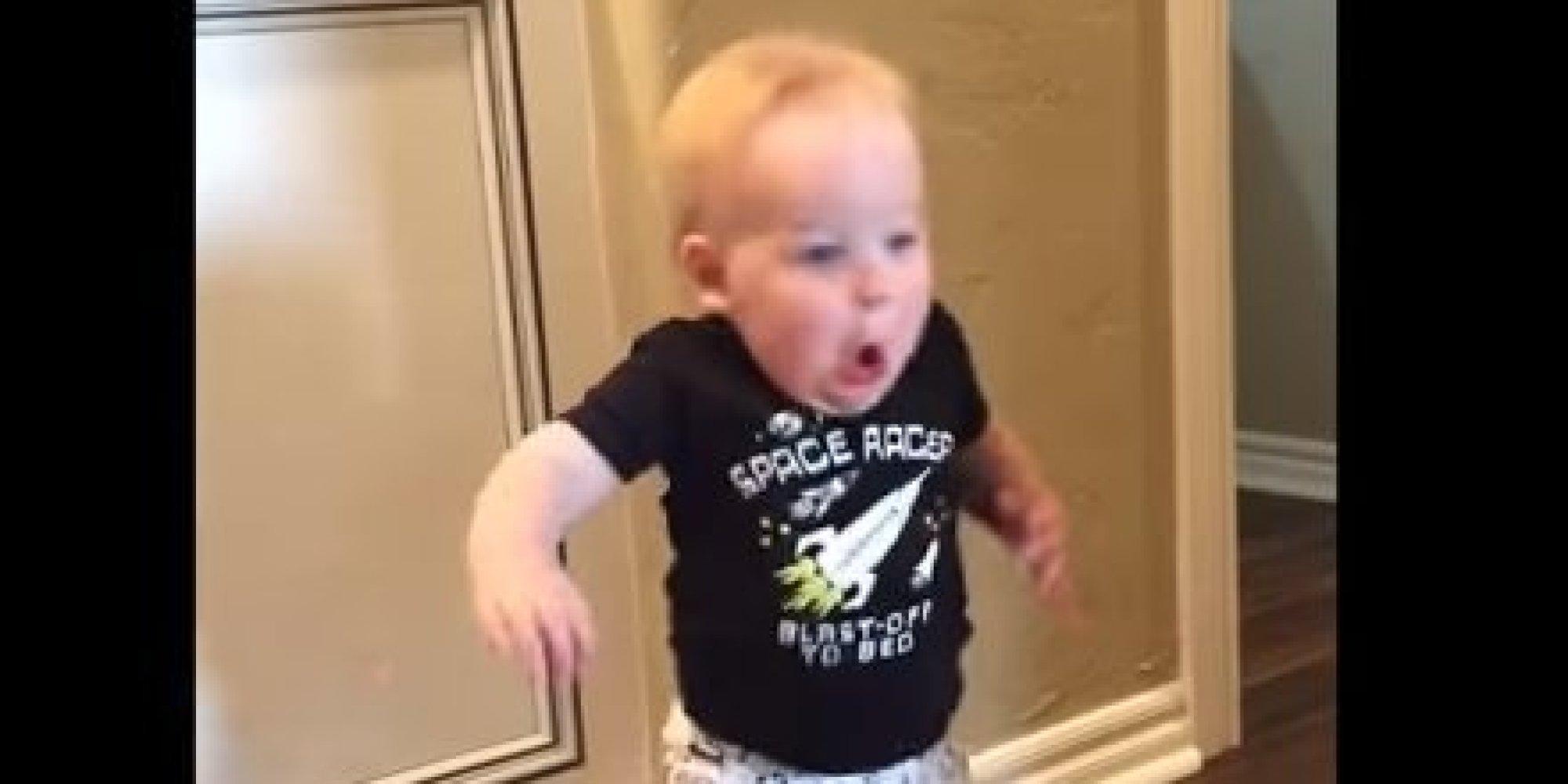 La Reacción De Este Bebé Al Ser Asustado Por Su Abuelo
