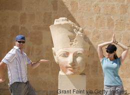 21 turistas que olvidaron cómo comportarse cerca de una estatua