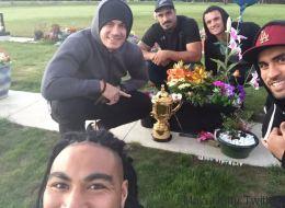 L'hommage des All Blacks sur la tombe de leur ancien coéquipier