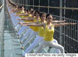 Relaxant, le yoga sur un pont suspendu en verre? (PHOTOS/VIDÉO)