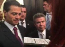 Sorprenden a Peña Nieto con un regalo muy vergonzoso