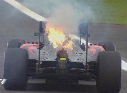 La reacción de Alonso en Twitter tras retirarse con su coche ardiendo