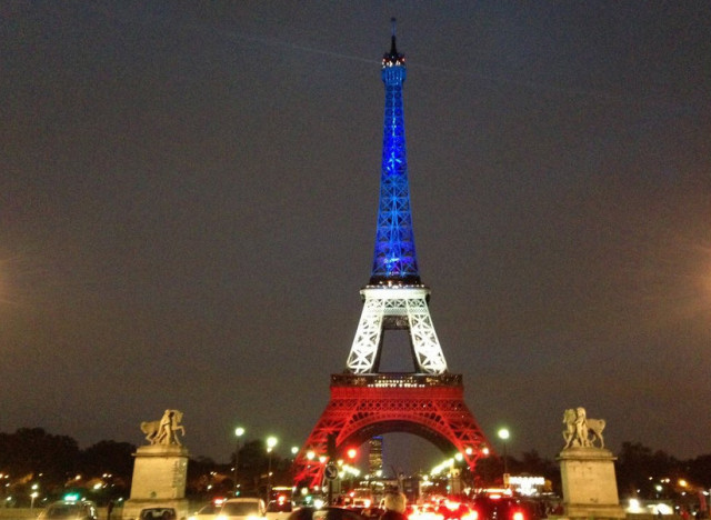 photos la tour eiffel s 39 illumine de bleu banc rouge et arbore la devise de paris fluctuat nec. Black Bedroom Furniture Sets. Home Design Ideas