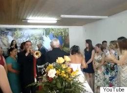 ¡Infame! Este trompetista arruinó una boda en Brasil