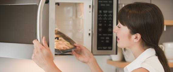 8 πράγματα που δεν πρέπει ποτέ να βάζεις στο φούρνο μικροκυμάτων