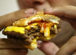 Er biss in seinen Burger - und entdeckte eine ungewöhnliche Fleischbeilage