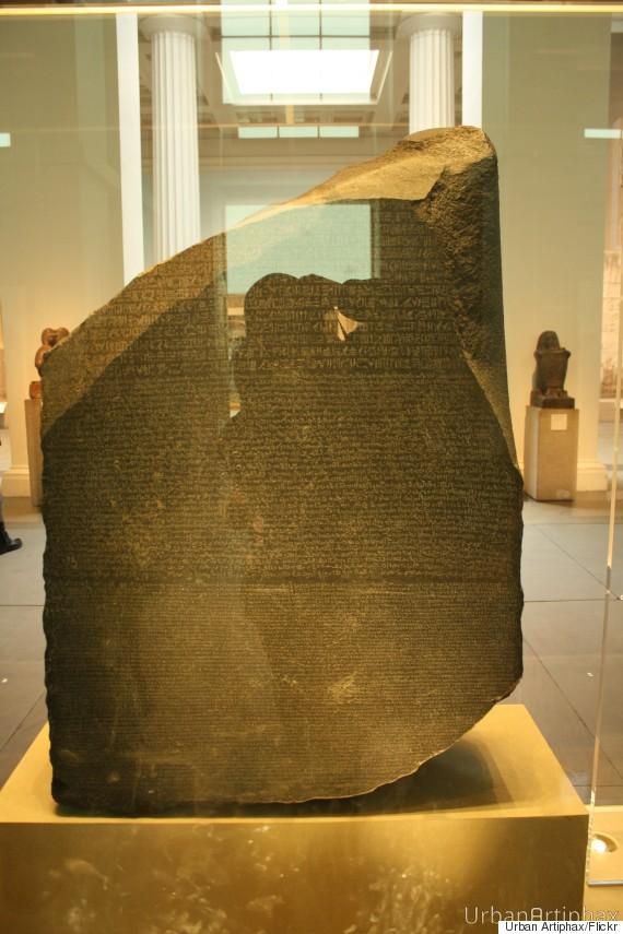 Πώς τα αρχαία ελληνικά αποκρυπτογράφησαν τα ιερογλυφικά της Αιγύπτου – Το μυστήριο της στήλης της Ροζέττας (φωτό)