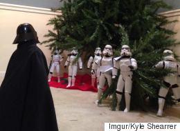Des Stormtroopers assemblent un arbre de Noël
