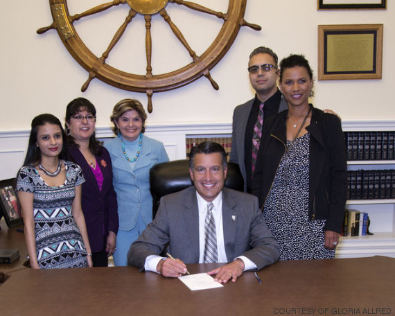 Gloria Allred, Lise-Lotte Lublin e Benjamin Lublin junto com Brian Sandoval, o governador de Nevada, no momento da assinatura da lei.