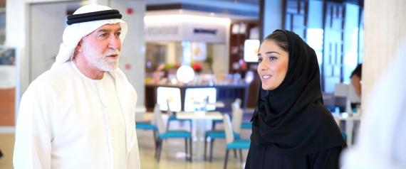 WOMEN SHOPPING ARABIA