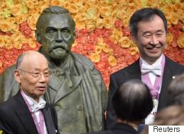 【ノーベル賞】授賞式 大村智氏と梶田隆章氏、笑顔でメダル授与