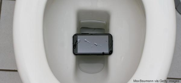¿Qué hacer si tu 'smartphone' cae al agua?
