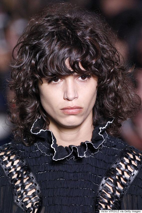 Une frange avec les cheveux boucl s oui c 39 est possible - Comment couper une frange longue ...