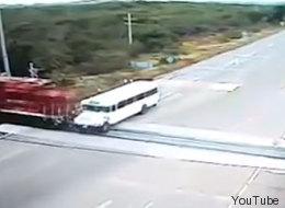 Tren arrolla camión de pasajeros (EXPLÍCITO)