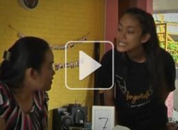 إندونيسية تفتتح مقهى موظفوه من ضعاف السمع.. وتلزم الزبائن الطلب بلغة الإشارة