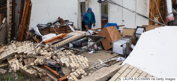 Muerte y destrucción por tornados e inundaciones