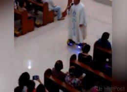 Sa messe de Noël sur un hoverboard a déplu (VIDÉO)