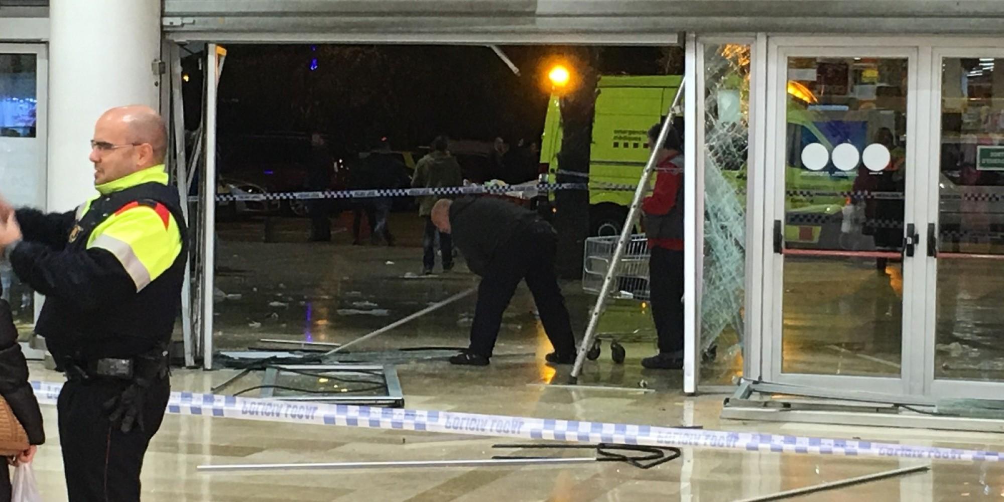 Doce heridos leves tras empotrar los ladrones su coche en - Centro comercial sant boi ...