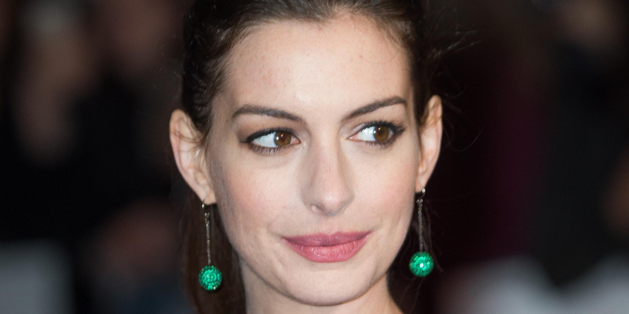 Anne Hathaway presume su embarazo en bikini para castigar ... Anne Hathaway Facebook