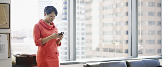 BUSINESSWOMAN SMARTPHONE
