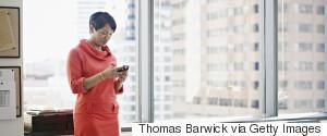 BUSINESSWOMAN SMARTPHONE