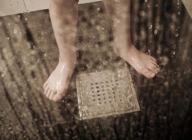 familles nombreuses 5 astuces pour que la douche des enfants ne devienne pas un enfer carla. Black Bedroom Furniture Sets. Home Design Ideas