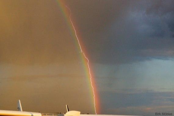blitz im regenbogen trifft flugzeug