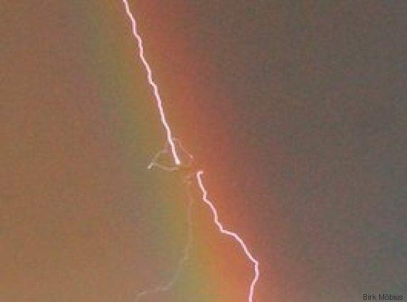 blitz trifft flugzeug vor regenbogen