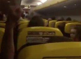 Una azafata de Ryanair, en pleno vuelo: