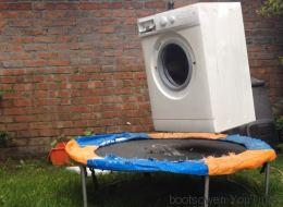 Voici une machine à laver en marche sur un trampoline (VIDÉO)