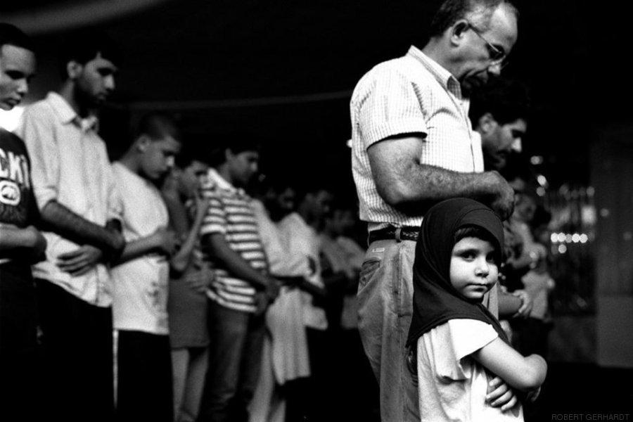 menina acompanha seu pai nas orações