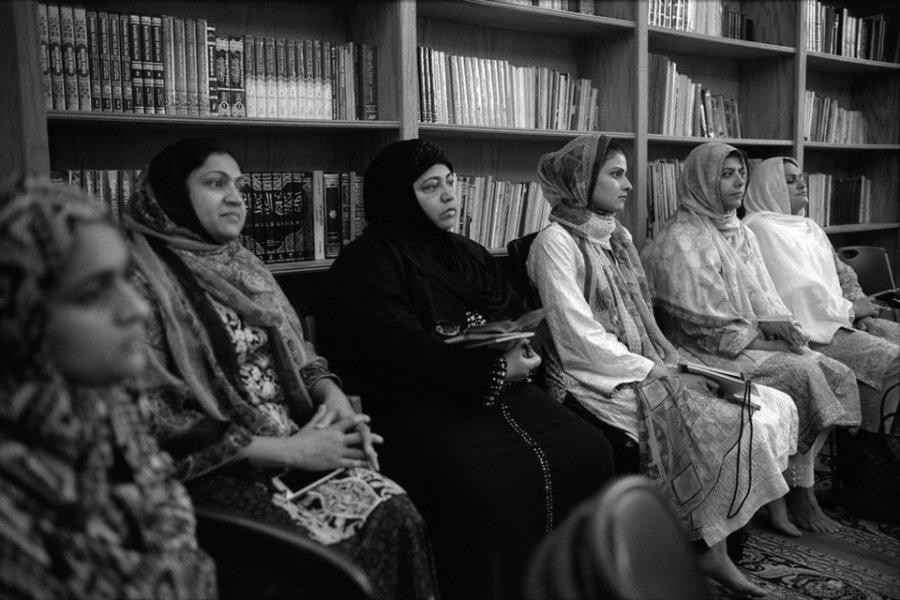 mulheres numa aula aprendem sobre a viagem do hajj