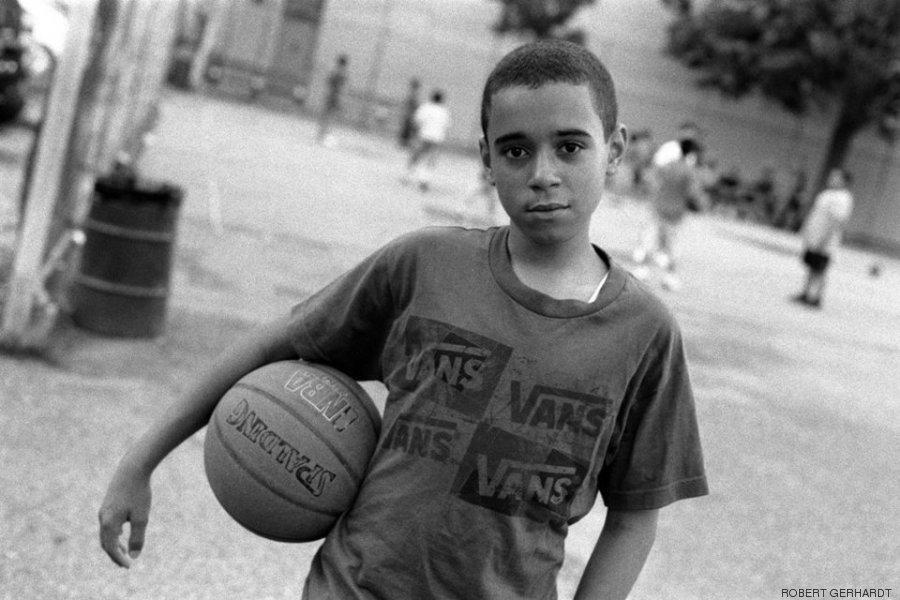 jogador de basquete no parque