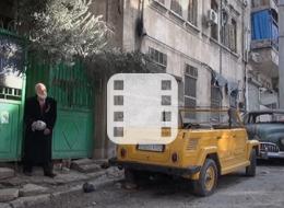 مُسن يعشق سياراته القديمة ومن أجلها بقى في سوريا وسط الحرب.. شاهد كيف يدللها