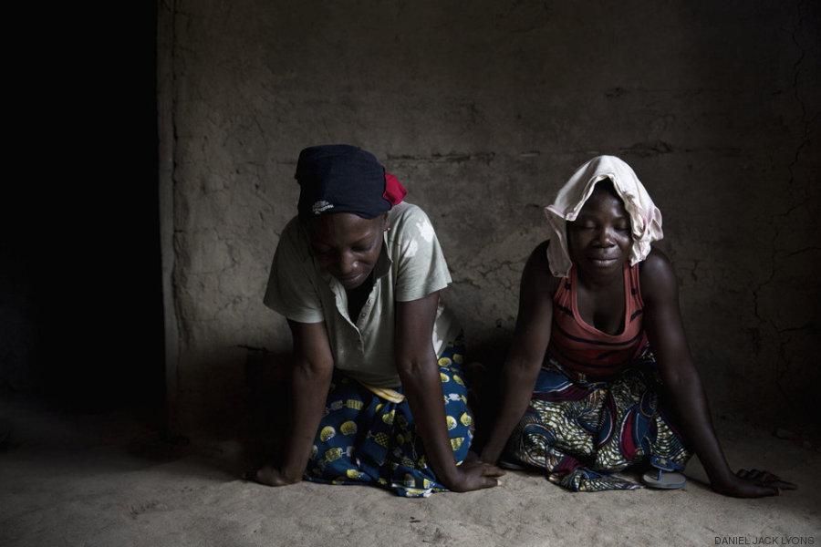 mulheres rezando