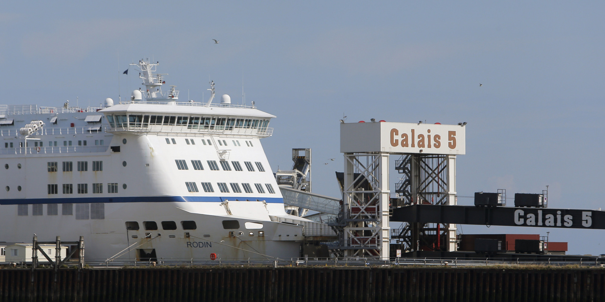 Port Of Calais Closed After 50 Migrants Storm P O Ferry Huffpost Uk