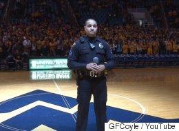 国歌を歌うはずのパフォーマーが来られなくなる そこに警官が登場して...(動画)