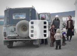 سيارة صغيرة تُقل 40 طفلاً إلى إحدى روضات التعليم.. شاهد