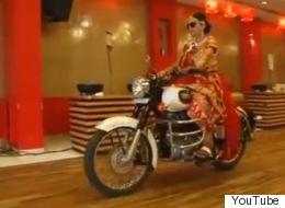 Elle arrive en motocyclette à son mariage (VIDÉO)